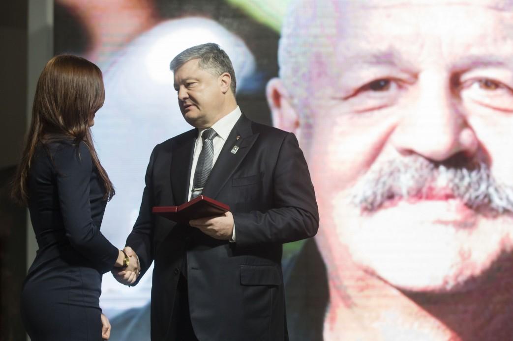 Тарас Більчук був надзвичайно світлою людиною – Президент вручив орден Героїв Небесної Сотні доньці активіста