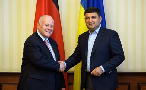 Уряд України продовжить масштабну реформу з децентралізації, кадрове оновлення органів влади і спиратиметься на підтримку міжнародних партнерів в цих сферах, - Володимир Гройсман