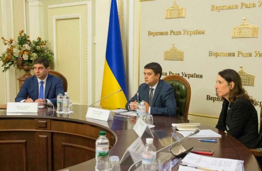 Ми маємо шукати позиції, які допоможуть об'єднати нашу країну, - Дмитро Разумков