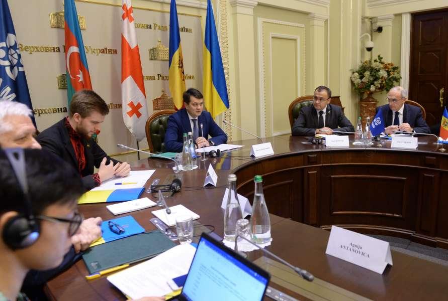 Шлях дипломатичного врегулювання - єдиний для вирішення конфлікту на Донбасі, - Дмитро Разумков